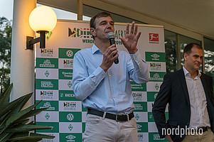 """""""Ich hätte nie gedacht, dass in meinem Haus in Südafrika überall Werder-Flaggen hängen werden und mein Lieblingsclub auch noch zu Besuch kommt"""", sagte Dr. Martin Schäfer in seiner Begrüßungsrede."""