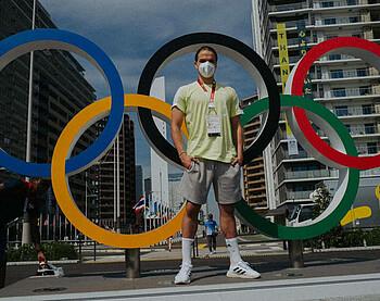 Luca Plogmann vor den Olympischen Ringen in Tokio.