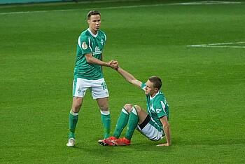 Niklas Moisander hilft Ludwig Augustinsson auf die Beine