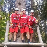 Die österreichische Nationalmannschaft um Zlatko Junuzovic bereitet sich derzeit auf die Europameisterschaft vor. Ein Programmpunkt: Klettern im Hochseilpark (Foto: Instagram/oefb_1904).