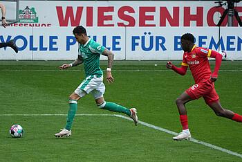 Davie Selke lobt die Leistung seiner Mannschaft nach dem Spiel gegen Bayer 04 Leverkusen.