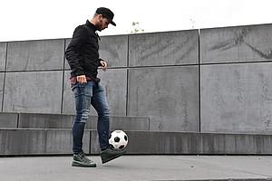 Sein liebstes Accessoire: der Fußball. Sein zweitliebstes: Basecaps (Foto: WERDER.DE).