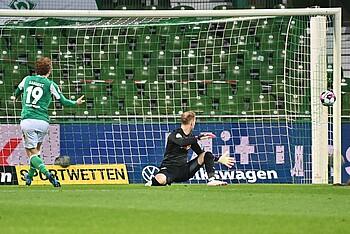 Josh Sargent versucht es mit einem Lupfer gegen RB Leipzig