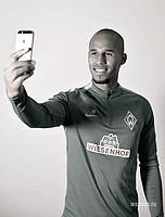 Wichtig für alle Fans: Frage ich Theo lieber nach einem Autogramm oder einem Selfie? (Foto: WERDER.DE).