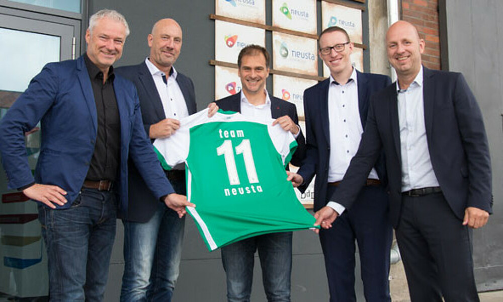 partnerschaft besiegelt team neusta im team 11 sv werder bremen. Black Bedroom Furniture Sets. Home Design Ideas